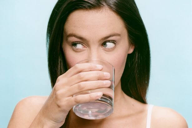 http://www.vivonline.nl/wp-content/uploads/2014/11/Woman-Drinking-Glass-of-Water-873302.jpg