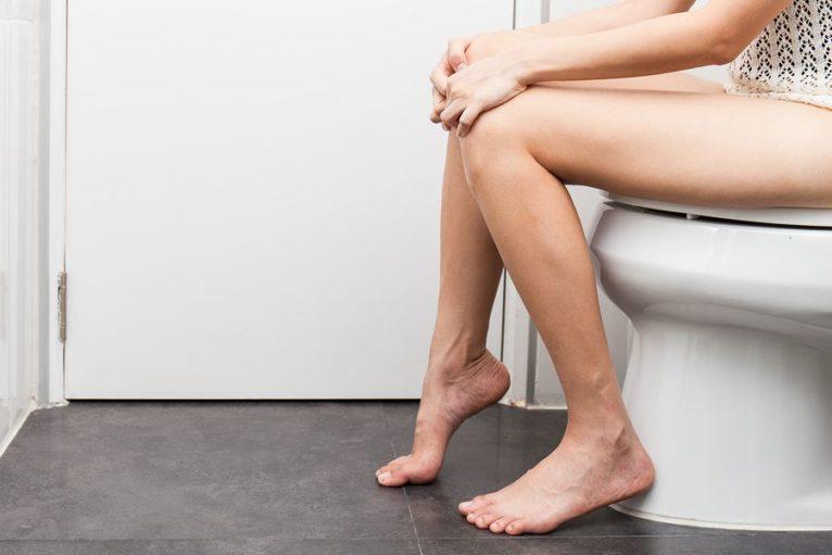 Zwangere-vrouw-met-blaasontsteking-zit-op-het-toilet