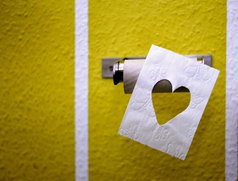 Badkamersbinnenland wasbak bidet toilet grote spiegel de